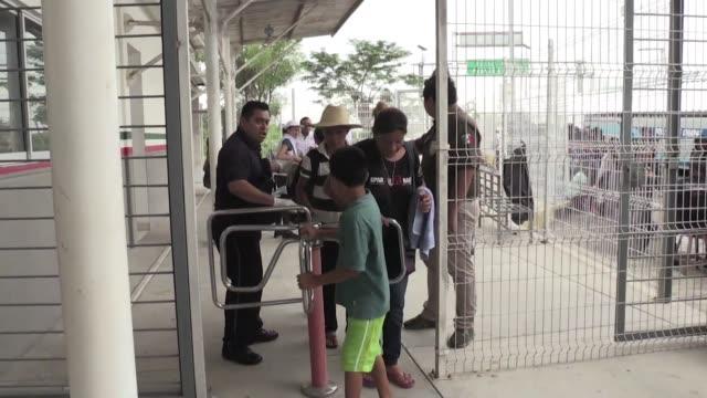 mexico abrio sus puertas el sabado a mujeres y ninos del grupo de migrantes hondurenos que permanecen en el puente que une mexico con guatemala y que... - puente stock videos & royalty-free footage
