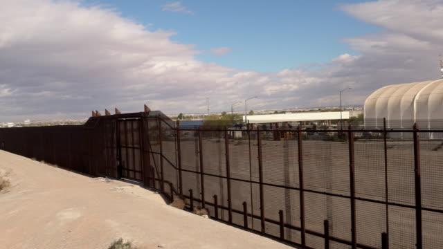stockvideo's en b-roll-footage met vs mexico border muur - internationale grensbarrière