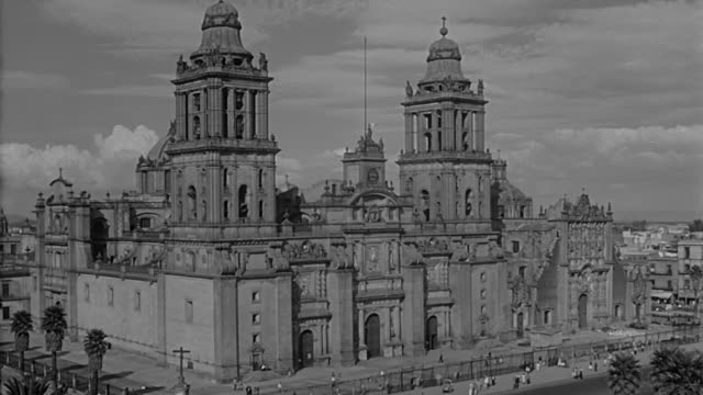 mexico city 1958 landscapes of famous city places such as the metropolitan cathedral, statues of pegasus, el caballito de tolsa, christopher colombus... - クリストファー コロンブス点の映像素材/bロール