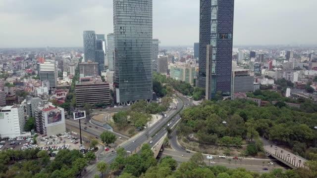 vídeos de stock, filmes e b-roll de mexico city aerial view of paseo de la reforma modern skyscrapers - monumento da independência paseo de la reforma