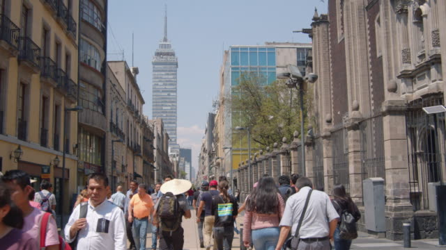 mexico city df iconic b-roll. pedestrian walkway with torre latinoamericana skyscraper on the foreground. cdmx - torre latinoamericana stock videos & royalty-free footage