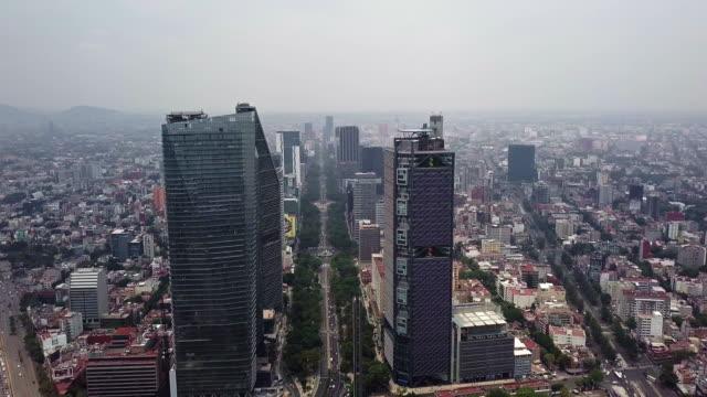 vídeos de stock, filmes e b-roll de mexico city paseo de la reforma skyscrapers aerial view - monumento da independência paseo de la reforma
