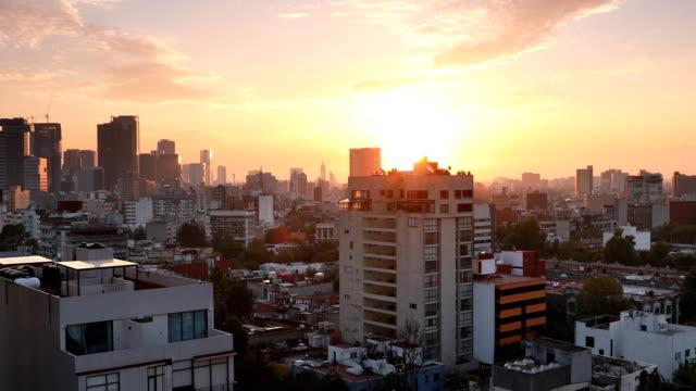 vídeos y material grabado en eventos de stock de amanecer de skyline de la ciudad de méxico - panorámica