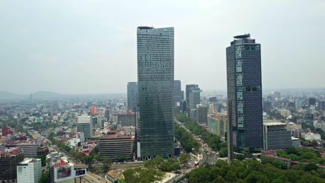 vídeos de stock, filmes e b-roll de mexico city skyline view of paseo de la reforma modern skyscrapers - monumento da independência paseo de la reforma