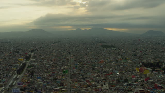 stockvideo's en b-roll-footage met mexico city with distant mountains - mexico stad
