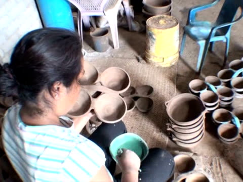 mexico is famous for its ceramic ware and many potters today still make their pots in the same way as their ancestors. morelia, michoacan, mexico. - morelia video stock e b–roll