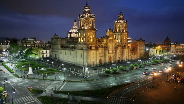 t/l, ha, ms, mexico, mexico city, plaza de la constitución, traffic in front of catedral metropolitana at dusk - zocalo mexico city stock videos & royalty-free footage