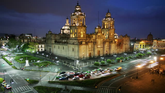 vídeos de stock e filmes b-roll de t/l, ha, ms, mexico, mexico city, plaza de la constitución, traffic in front of catedral metropolitana at dusk - catedral