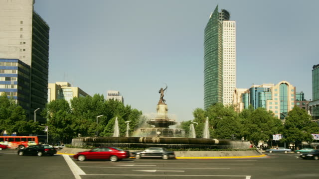 T/L, MS, Mexico, Mexico City, Traffic at Diana Fountain, Torre Mayor in background