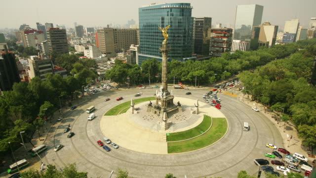 vídeos de stock, filmes e b-roll de t/l, ha, ws, mexico, mexico city, traffic on roundabout with el ángel de la independencia - monumento da independência paseo de la reforma