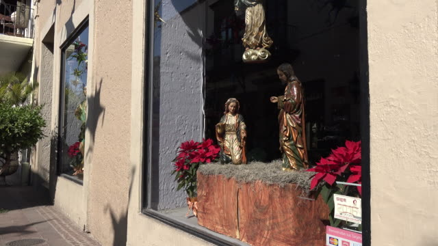 Mexico Tlaquepaque zooms on religious figures