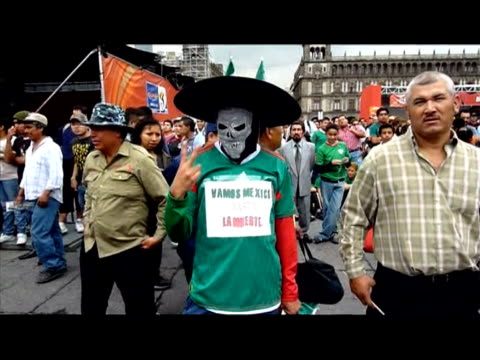 mexico's first ever 20 win against france in their second world cup match on thursday was celebrated in style in the streets of mexico city mexico... - campionato sportivo video stock e b–roll