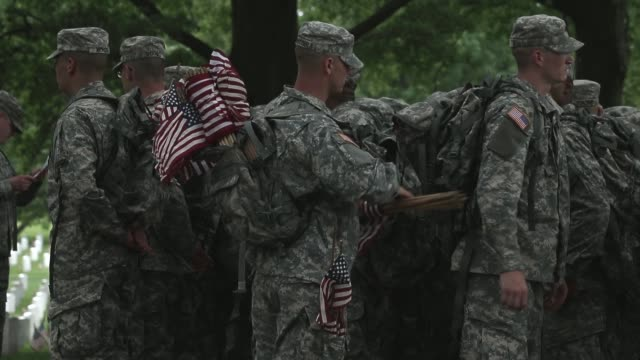 vidéos et rushes de mi shot, soldiers preparing for the flags-on ceremony. members of the 3rd u.s. infantry regiment, the old guard, participate in a flags-in ceremony... - infanterie