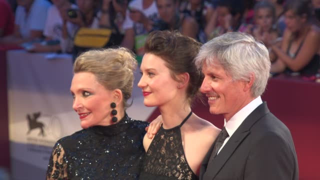 mia wasikowska, john curran, and robyn davidson at the 'tracks' red carpet in venice, italy, on 8/29/13. - 黒のドレス点の映像素材/bロール