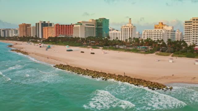 miami beach bei sonnenaufgang - miami stock-videos und b-roll-filmmaterial