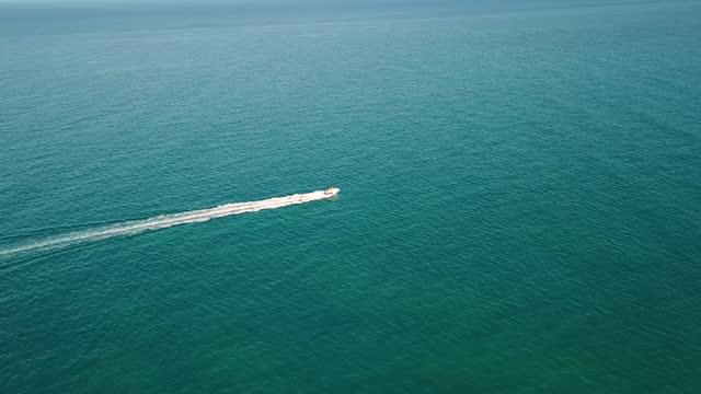 vidéos et rushes de bateau de vitesse de plage de miami - sport aquatique