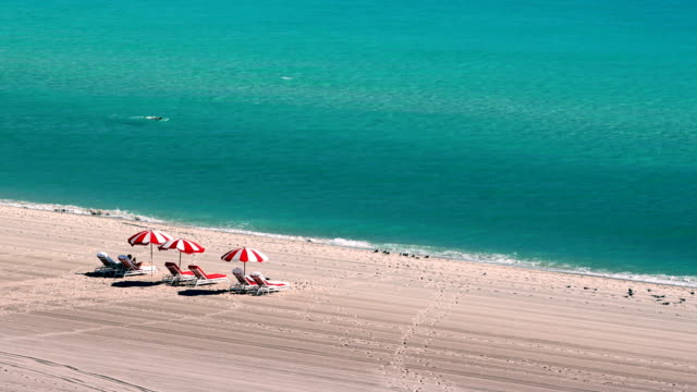 vídeos de stock, filmes e b-roll de vista de miami beach - chapéu de sol