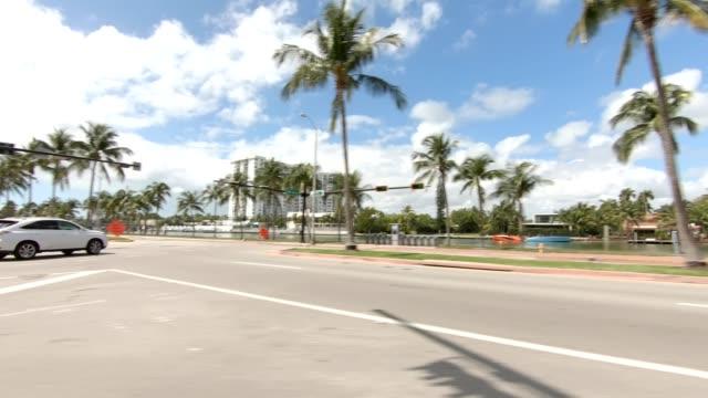 vídeos de stock e filmes b-roll de miami beach xvii synced series left view driving process plate - vista lateral