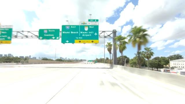 vídeos y material grabado en eventos de stock de miami highway ii sincronió serie placa de proceso de conducción de vista frontal - señal de circulación