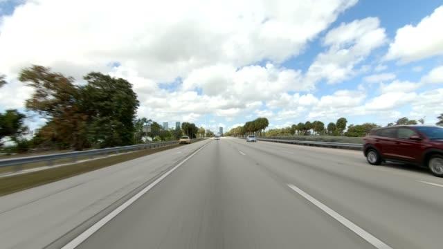 miami highway iv synchronisierte serie rückansicht fahrprozessplatte - mehrspurige strecke stock-videos und b-roll-filmmaterial