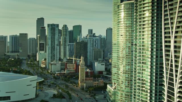 vídeos y material grabado en eventos de stock de miami landmarks at dawn - aerial - bahía de biscayne