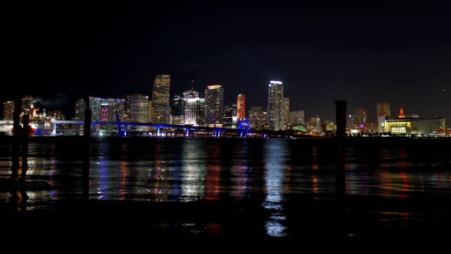 stockvideo's en b-roll-footage met miami - magic city of flashing lights - macarthur causeway bridge