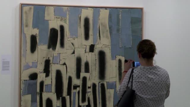 miami se convierte en un supermercado gigante de arte moderno y contemporaneo a partir de este jueves cuando se inaugura la prestigiosa feria art... - moderno stock videos & royalty-free footage