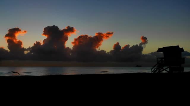 マイアミのサウスビーチの日の出タイムラプス - アールデコ地区点の映像素材/bロール