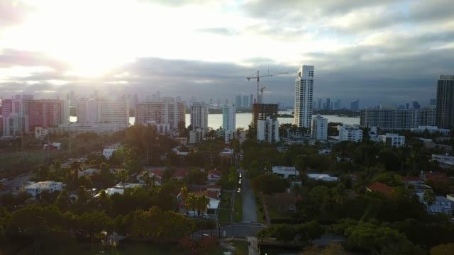 マイアミ、アメリカ合衆国 - サウス ・ ビーチ、素晴らしいアールデコ建築の高層ビル - アールデコ点の映像素材/bロール