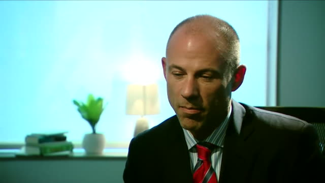 stockvideo's en b-roll-footage met michael avenatti lawyer of stormy daniels saying it is pretty obvious that michael cohen accepted money and was selling access to the us president - omkoping