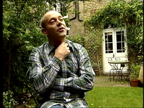 vídeos de stock, filmes e b-roll de michael barrymore recieves police caution itn nannar and keith allen sitting in garden keith allen interview sot people will give him encouragement/... - michael barrymore