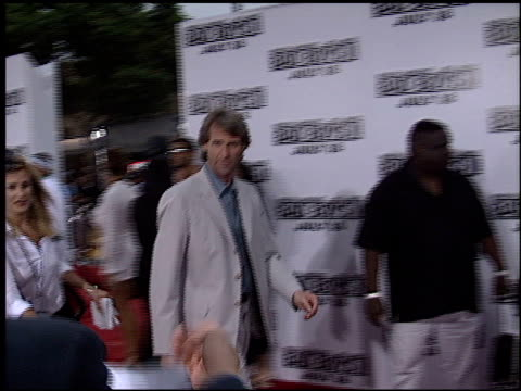 vídeos de stock, filmes e b-roll de michael bay at the 'bad boys ii' premiere on july 9 2003 - bad boys ii