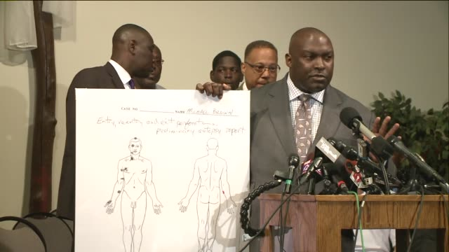 vidéos et rushes de ktvi michael brown's family's attorney daryl parks explains the results of the independence autopsy on brown the unarmed 18yearold who was shot by a... - autopsie