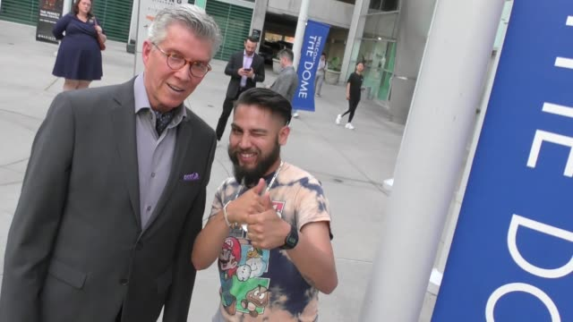 vidéos et rushes de michael buffer greets fans outside arclight cinemas in hollywood in celebrity sightings in los angeles, - arclight cinemas hollywood