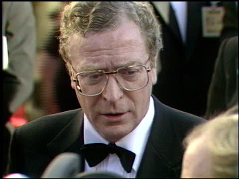 vidéos et rushes de michael caine at the 1989 academy awards at the shrine auditorium in los angeles, california on march 29, 1989. - 61e cérémonie des oscars