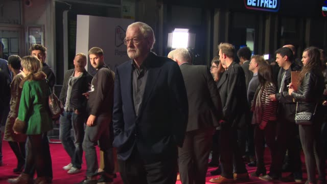 michael caine at 'the double' at odeon leicester square on october 12, 2013 in london, england - 俳優 マイケル・ケイン点の映像素材/bロール