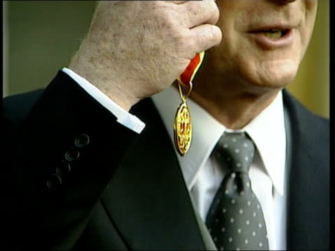 michael caine knighted; michael caine knighted; itn caine and family posing with insignia photographers cms caine holding insignia caine and family... - 俳優 マイケル・ケイン点の映像素材/bロール
