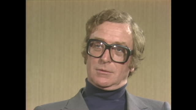 vídeos de stock e filmes b-roll de michael caine on his success and being labelled cockney - michael caine ator