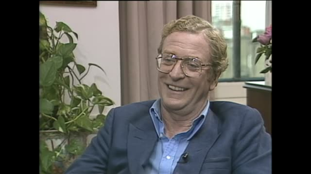 vidéos et rushes de michael caine on the best and worst things about being an actor - critique