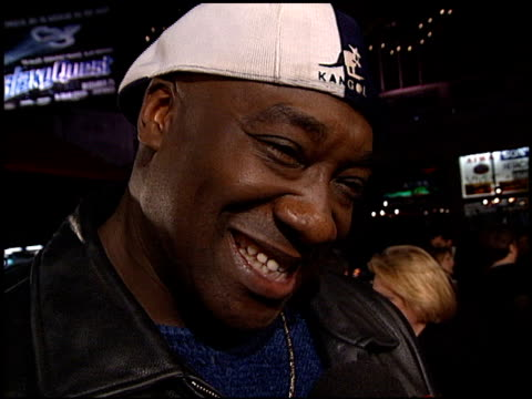 vídeos de stock e filmes b-roll de michael clarke duncan at the 'man on the moon' premiere at grauman's chinese theatre in hollywood california on december 20 1999 - 1999