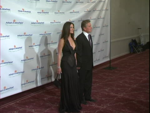 michael douglas and catherine zeta jones at the the 3rd annual adopt-a-minefield benefit gala at beverly hilton hotel in beverly hills, california. - beverly hilton hotel bildbanksvideor och videomaterial från bakom kulisserna