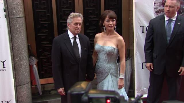 michael douglas and catherine zeta-jones at the 64th annual tony awards at new york ny. - キャサリン・ゼタ・ジョーンズ点の映像素材/bロール