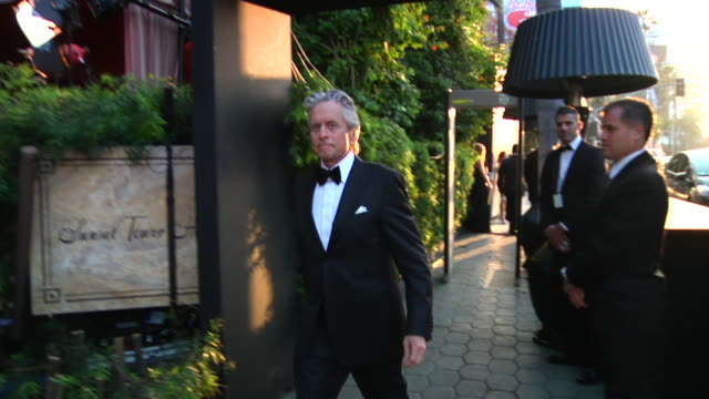 vidéos et rushes de michael douglas at the 2012 vanity fair oscar party hosted by graydon carter inside party at west hollywood ca - vanity fair oscar party