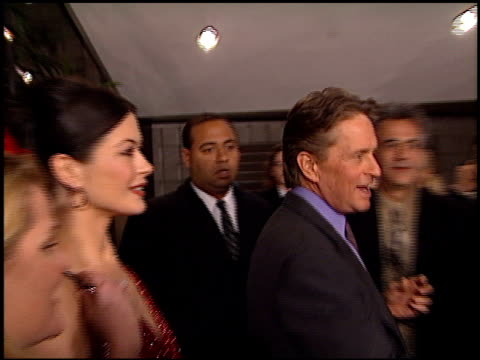 michael douglas at the 'traffic' premiere at academy theater in beverly hills, california on december 14, 2000. - traffic点の映像素材/bロール