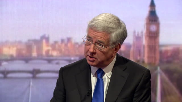 michael fallon explaining his reasons for voting in favour of intervention in libya but also says we need to learn our lessons from these conflicts - segretario della difesa video stock e b–roll