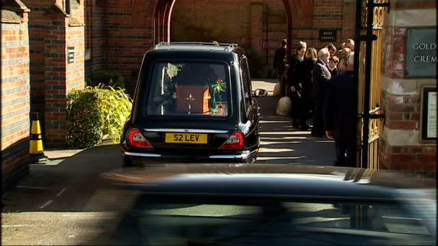 london golders green crematorium ext frank dobson outside chapel alastair campbell arriving peter hain mp hearse arrives with coffin michael meacher... - pompe funebri video stock e b–roll