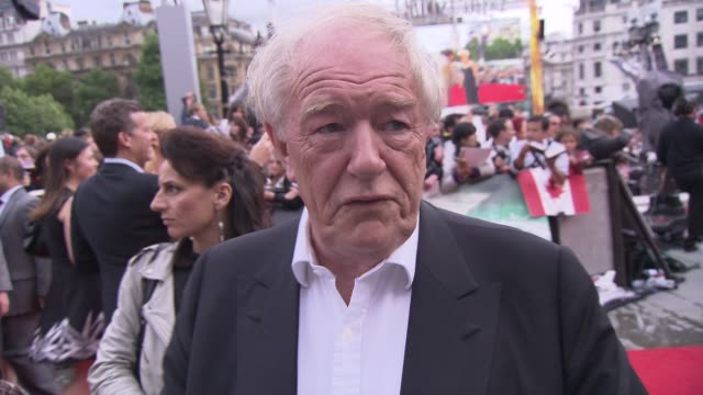 vidéos et rushes de michael gambon on the film, the premiere, watching daniel grow up, the uk film industry and more at the harry potter and the deathly hallows part two... - harry potter titre d'œuvre