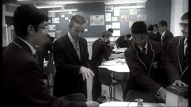 michael gove sets out gcse reforms graphicised sequence michael gove on visit to school as picture turns b/w - 一般教育証明試験点の映像素材/bロール