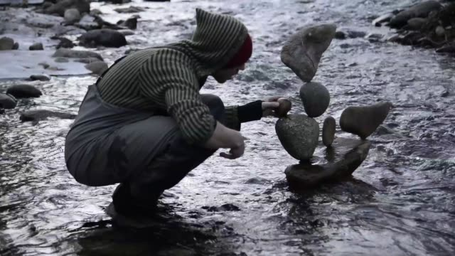 vidéos et rushes de michael grab balancer rocks into seemingly impossible formations in boulder creek and around the world as a meditative practice grab said he never... - stabilité