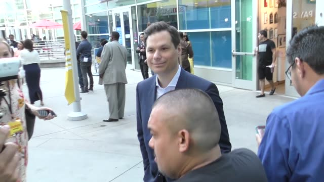 vidéos et rushes de michael ian black signs for fans outside the sextuplets premiere at arclight cinemas in hollywood on august 7, 2019 at celebrity sightings in los... - arclight cinemas hollywood
